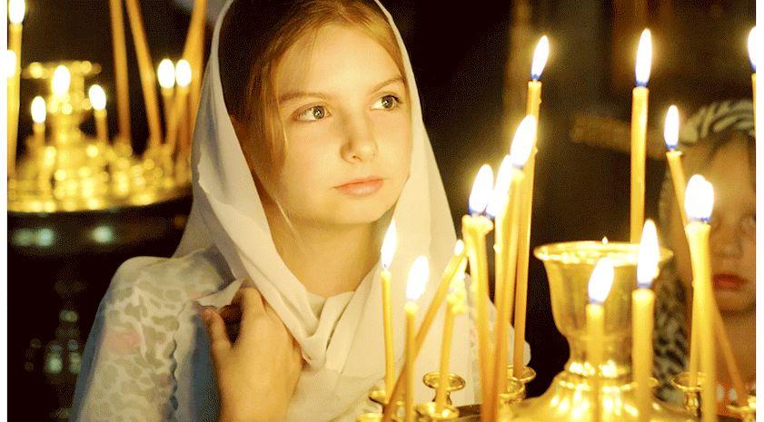 Девушка молиться в храме
